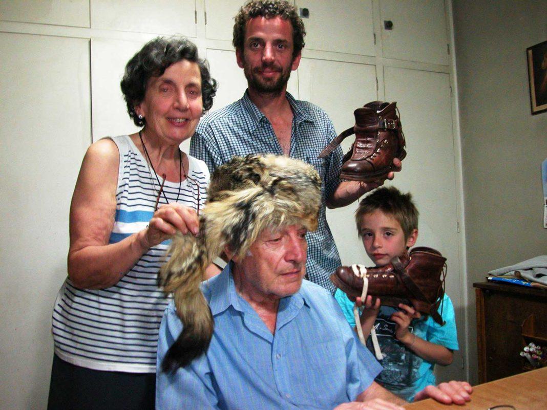 Aldo Gramaglia hoy, con sombrero de piel de zorro junto a su esposa, su hijo Hugo, de Hansel&Gretel, y su nieto Felipe.