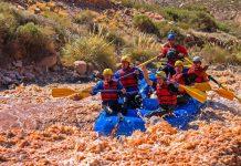 Las coloridas balsas surcan las aguas en una jornada a pleno sol.