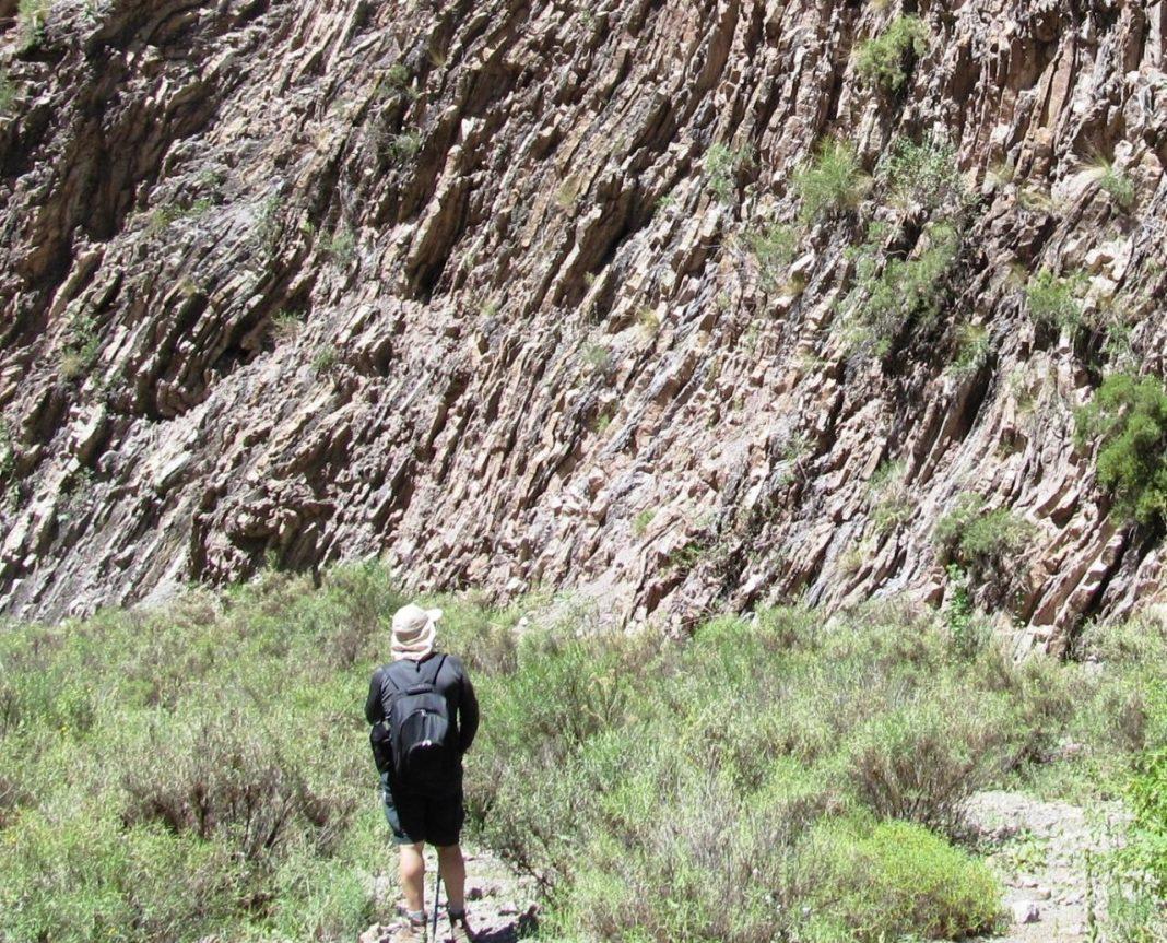 Curiosas placas niqueladas en la base del cerro Loma Extendida, sobre el lecho del río Casa de Piedra. (Foto: Juan Molina)