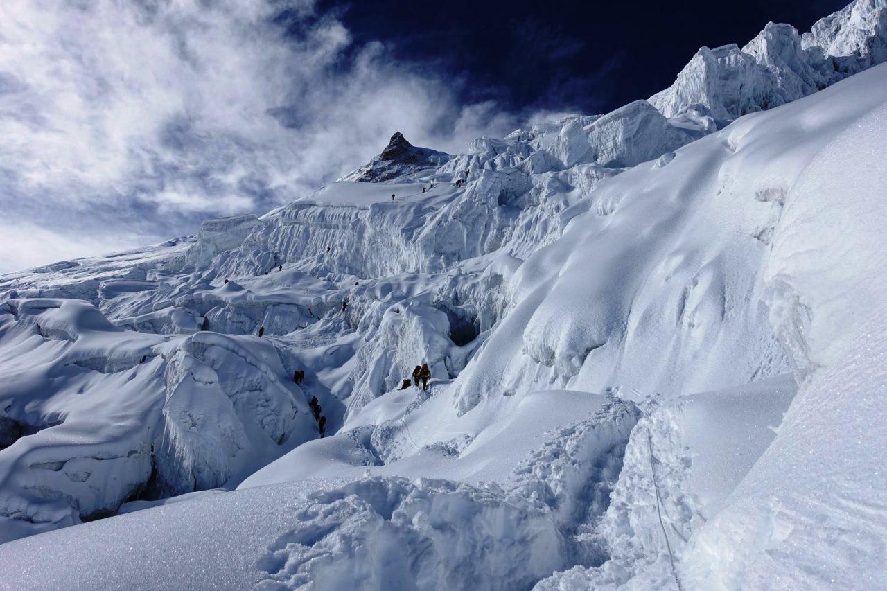 Impresionante vista general del último tramo hacia la cumbre de Manaslu, en Nepal. (PH Juan P. Sarjanovich)