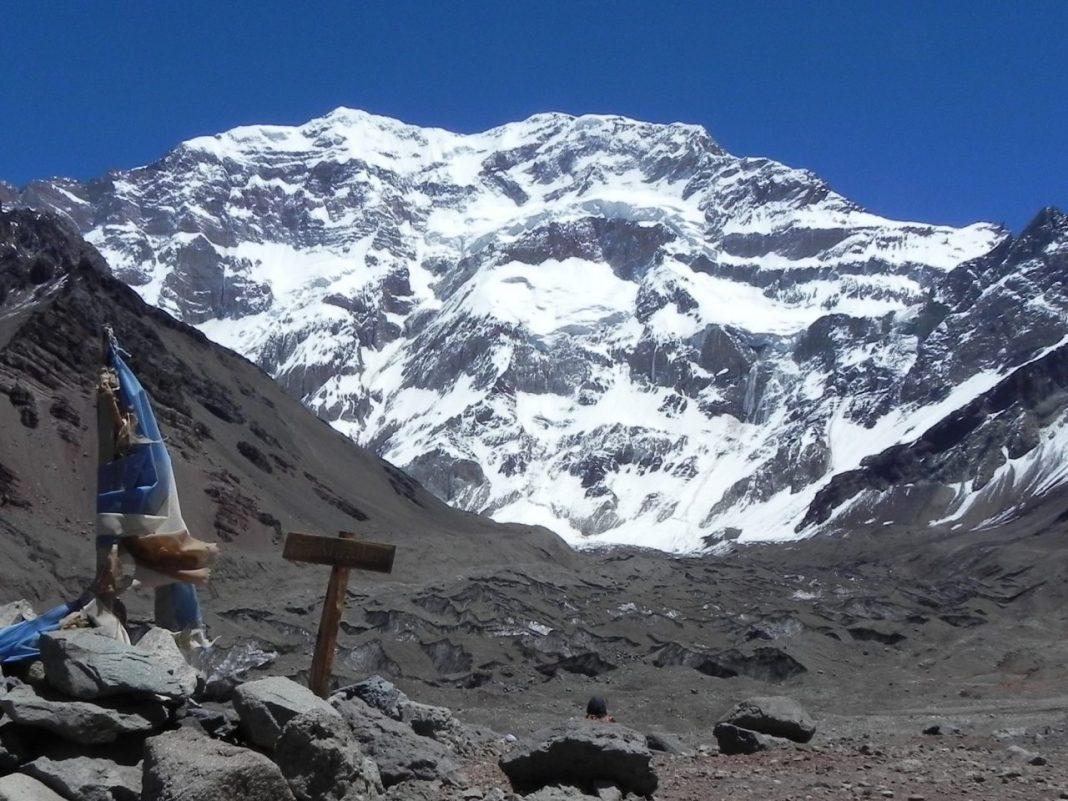 Impresionante vista de la pared Sur de Aconcagua desde Plaza Francia. Con Ansilta, Cumbres y Grajales podés ganarte un trekking allí.