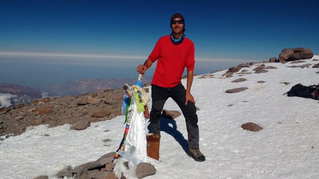 Matías Sergo, en la cima de Aconcagua, dueño del récord de ascenso non stop por la 360°.