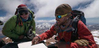 Suzie Imber y Máximo Kausch leen el libro de cumbre del Nevado Toro (6.168 m).
