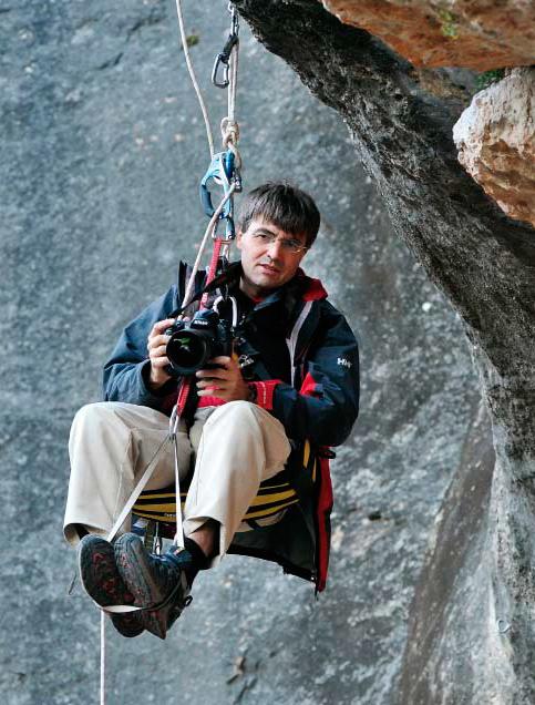 Darío Rodríguez cámara en mano en cualquier circunstancia, dispuesto a contar la mejor historia de montaña. (Foto: FEEC)