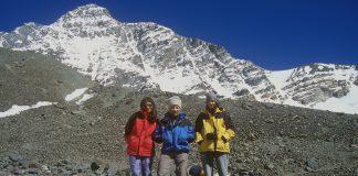 Eduard Jornet rodeado por sus hijos Naila y Kilian con el fondo del cerro Vallecitos.