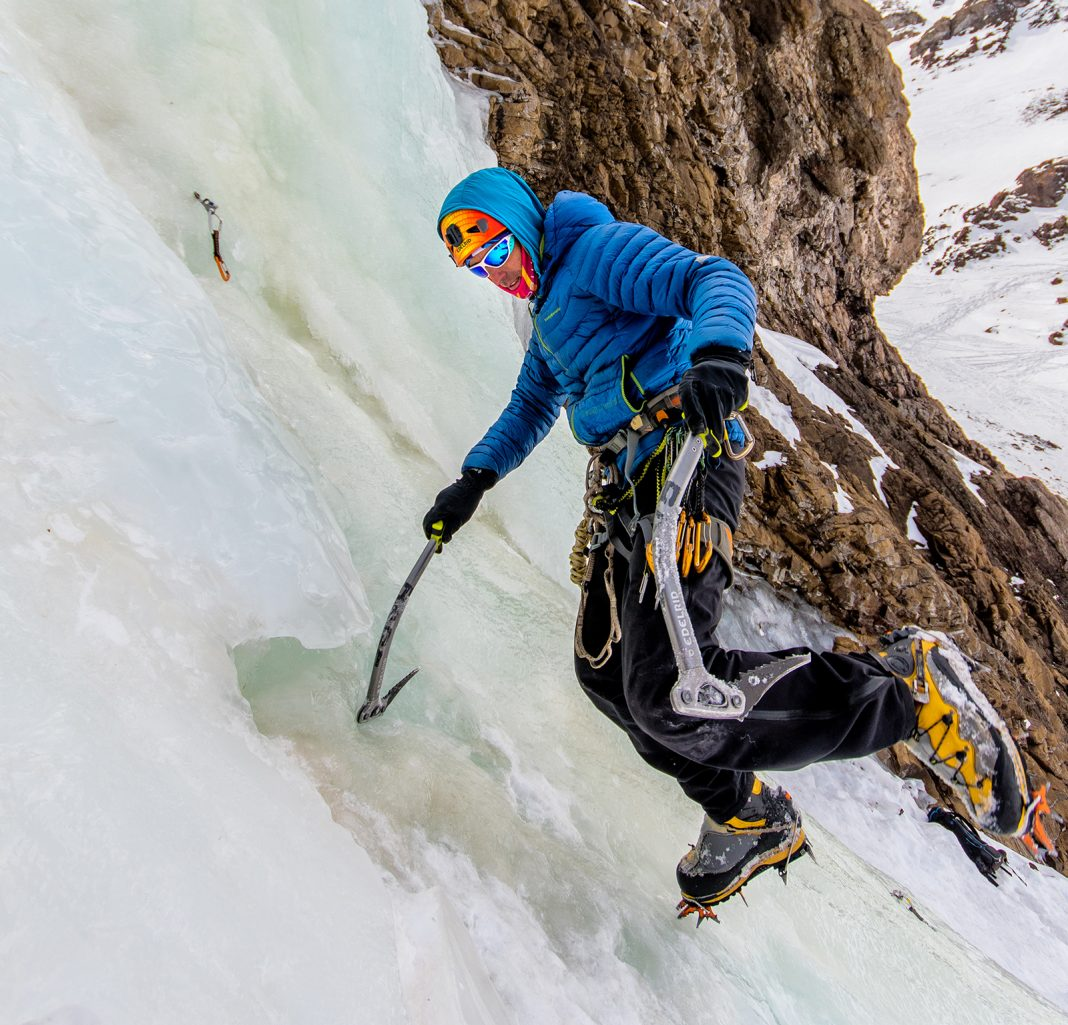 Julián Insarralde durante una progresión en pendiente congelada en la base de las cascadas. Foto: Juan Pablo Bassi.