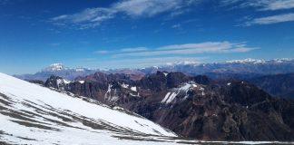 Cerca de la cumbre del Plata, mitad del objetivo. Al fondo el coloso Aconcagua.