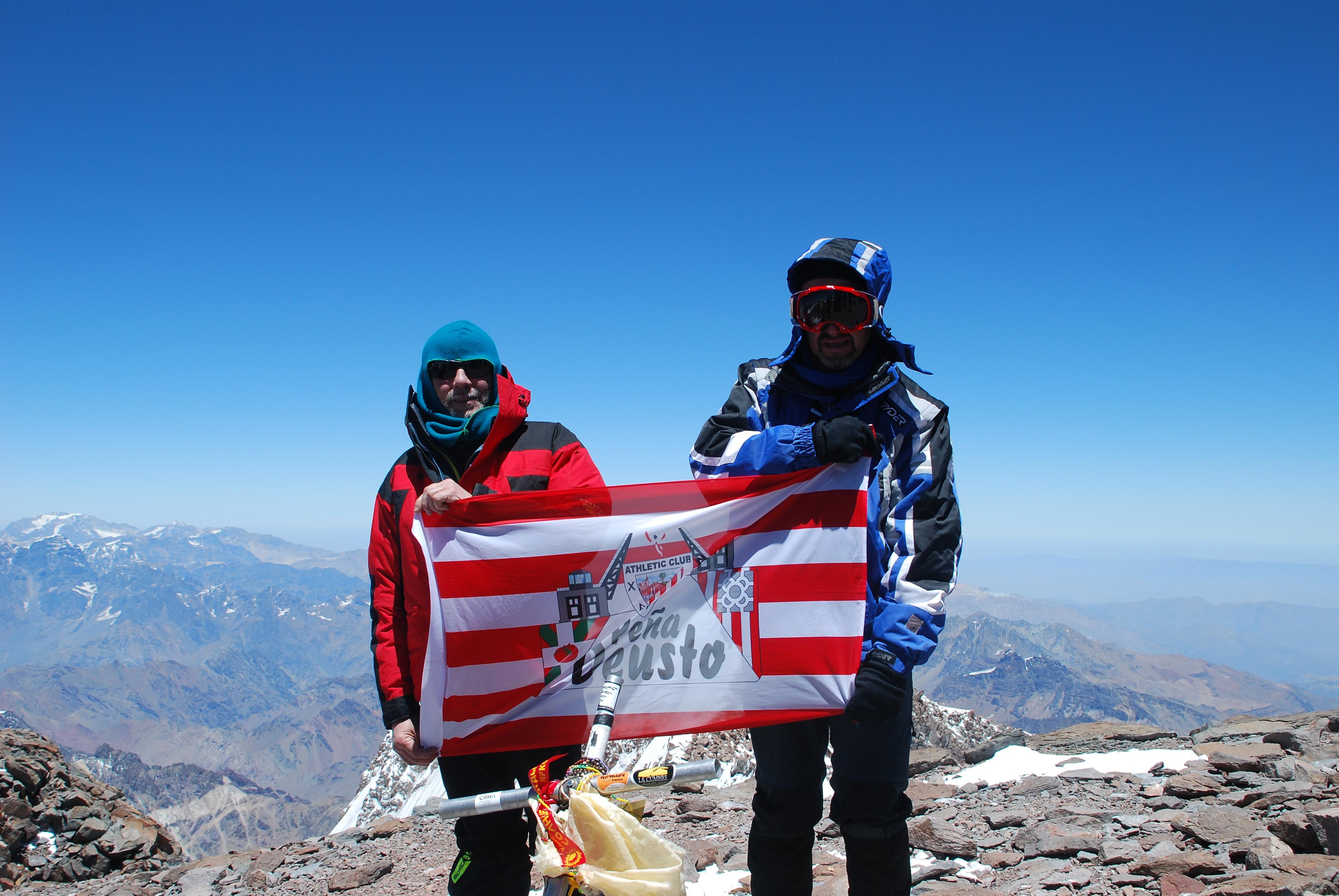 El gran Juanito Oiarzábal y Mauricio López de Aberasturi con la bandera la peña Deusto en la cima mayor de América: Aconcagua (6.962 m).