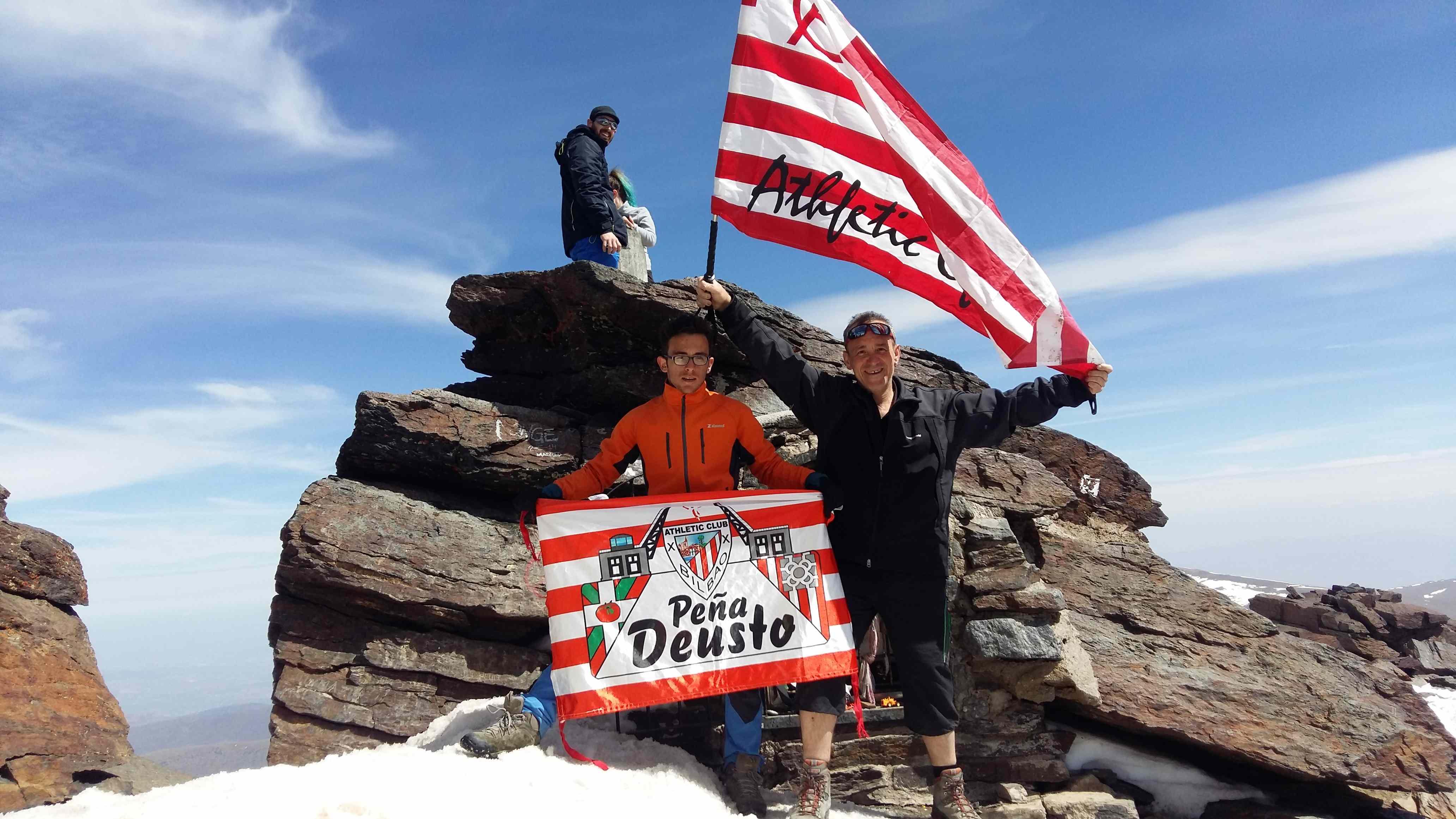 En el monte Mulhacen (3.479 m), en Sierra Nevada, Granada, Vicente, Andoni y dos miembros del Club de Montaña Manarrikolanda MT.