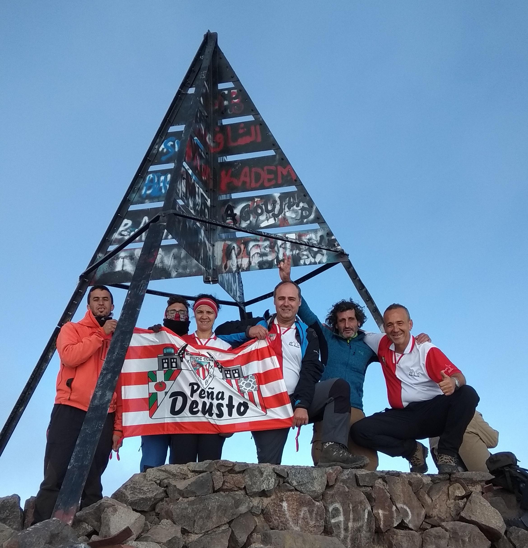 Toubkal (4.167 m, Marruecos) el monte más alto de la cordillera del Atlas: Rita, Javi, Vicente, Andoni, Joseba y Lahcen Kadi, un chico marroquí.