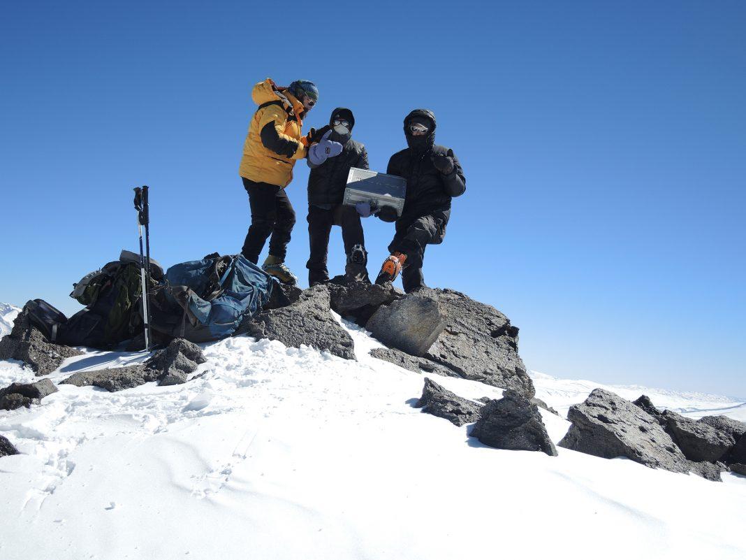 Cordada completa en la cumbre del nevado El Muerto (6.505 m).