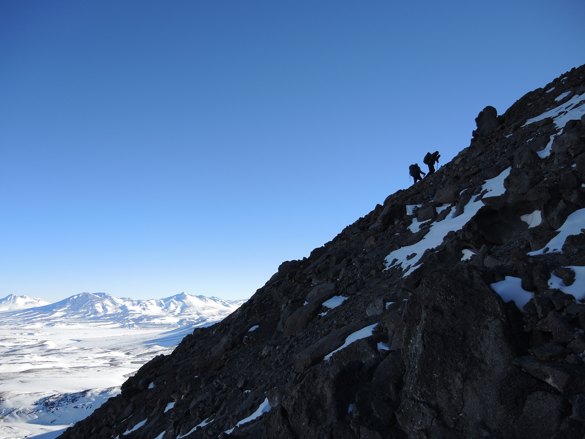 Los montañistas trepando el hombro del filo en el nevado El Muerto.