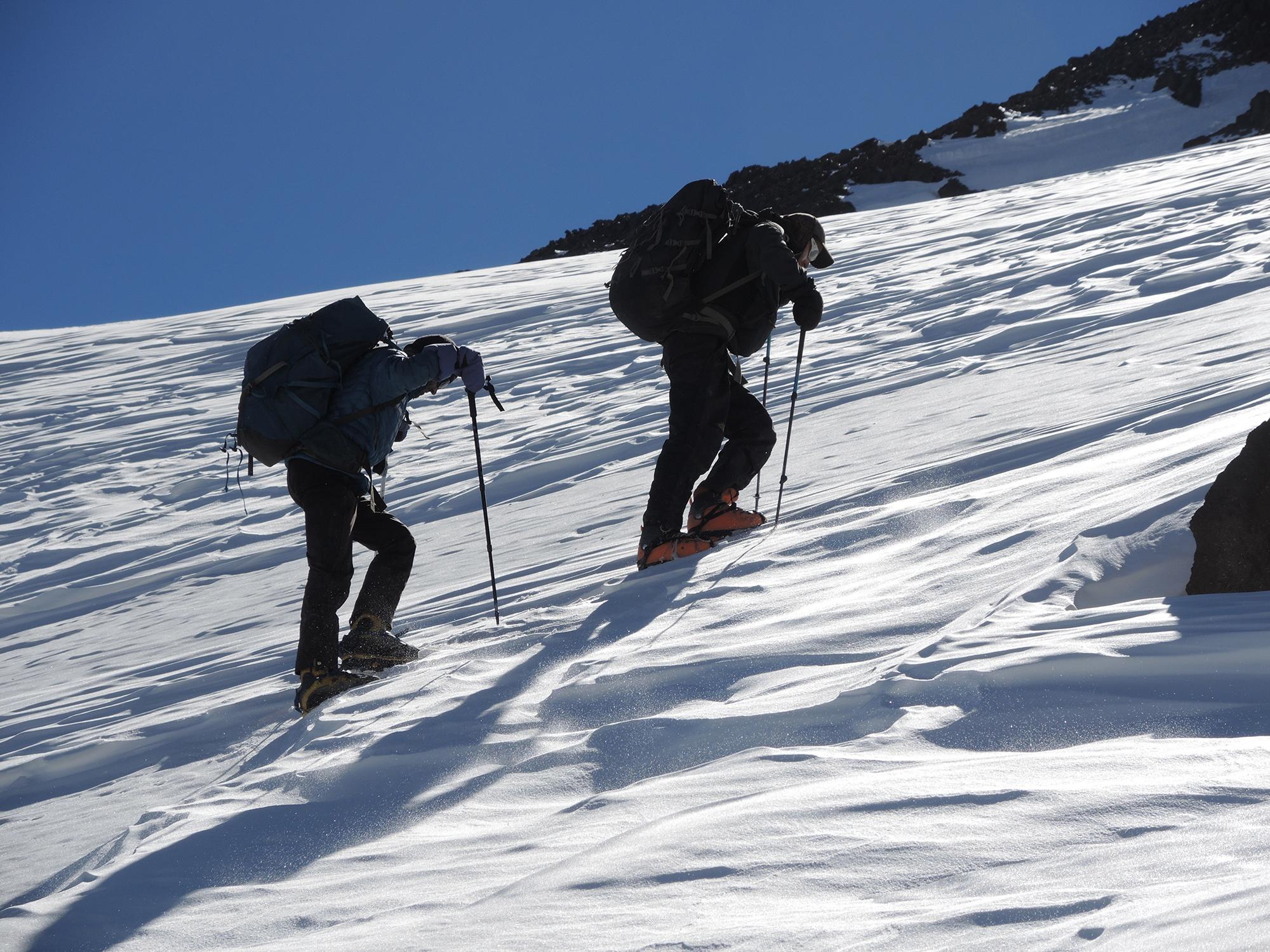Tránsito por la margen Oeste del glaciar del cerro El Muerto.