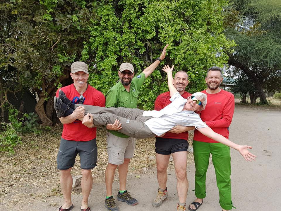 En Kilimanjaro junto al guía mendocino Ulises Corvalán (segundo de izq. a der.) y otros miembros de la expedición.