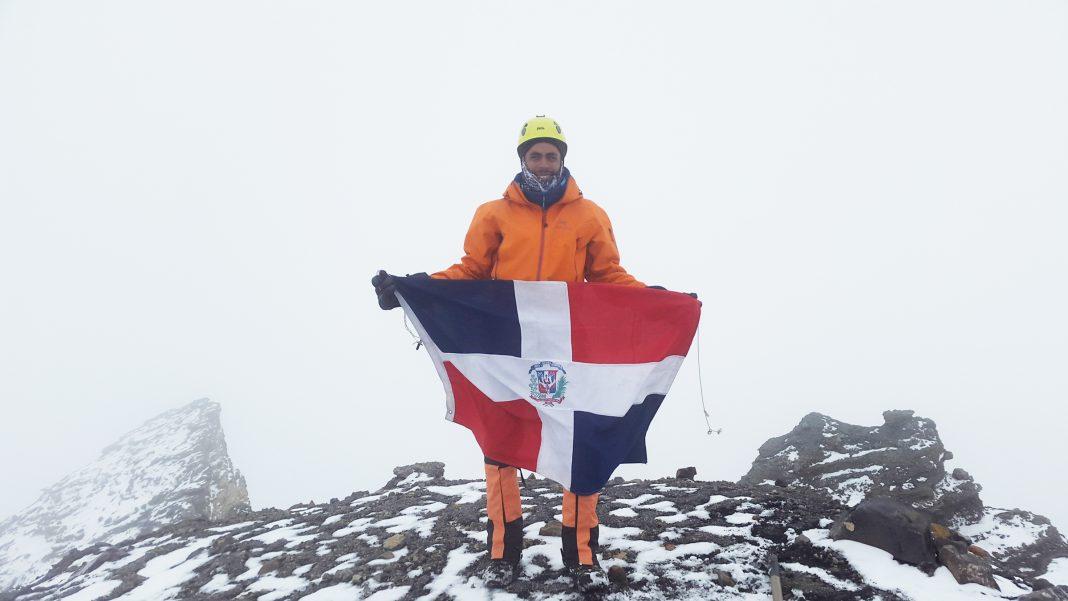 Con la bandera dominicana en la cumbre del volcán Parinacota (6.348 m) en medio de tormenta con sensación térmica de -27° Celsius, desnivel de 1.800 metros en 7 horas.