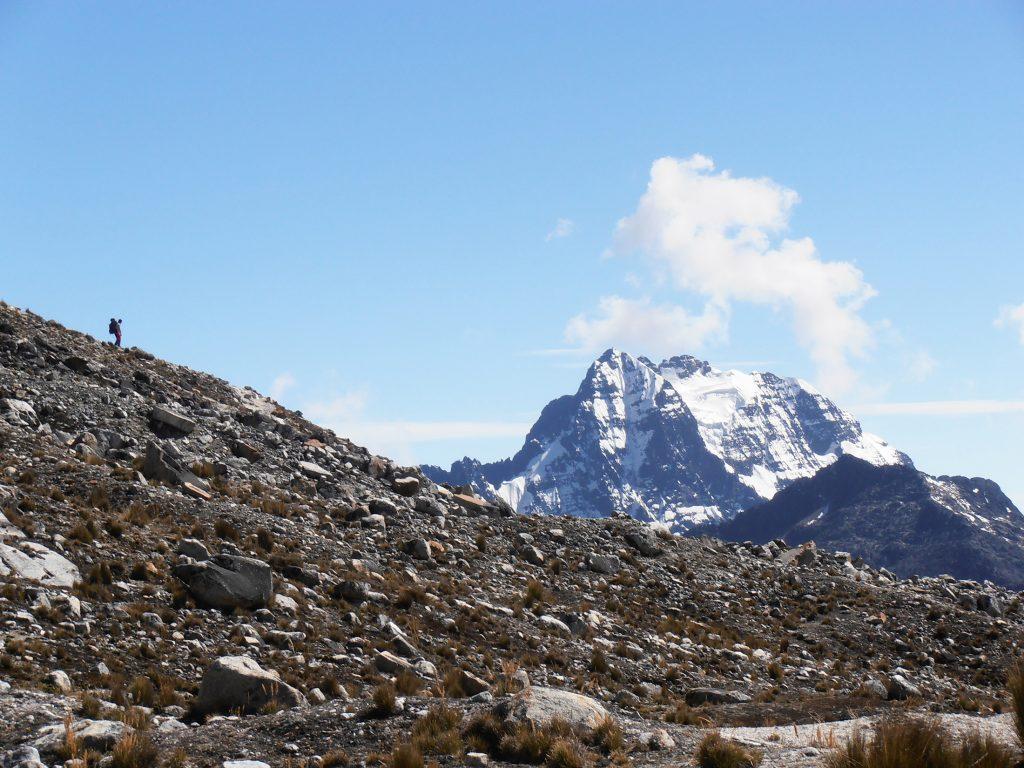 Imponente cara Sur del Tiquimani (5460 m) rara vez escalada con graduación mínima TD, vista desde el descenso del Huayna Potosí (6088 m).