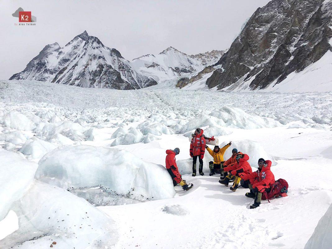 El equipo de Alex Txikon en febrero rumbo a la cara Este del K2.