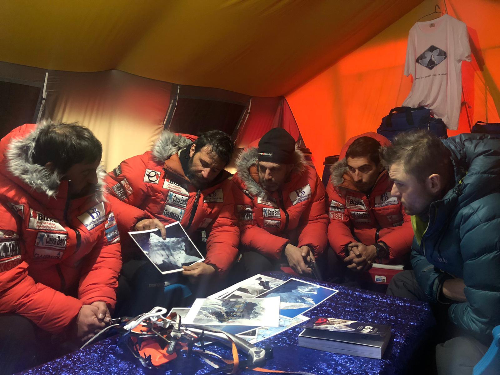 Alex Txikon y equipo deciden en el iglú explorar la cara Este del K2.