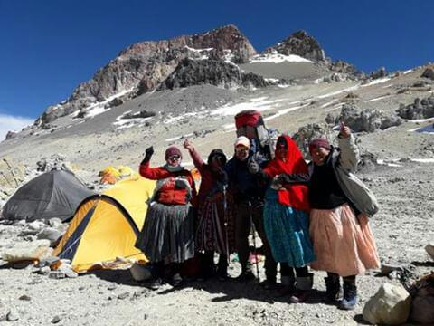 Las Cholitas Escaladoras ayer en campo Cólera. PH: Daniel Lombardo
