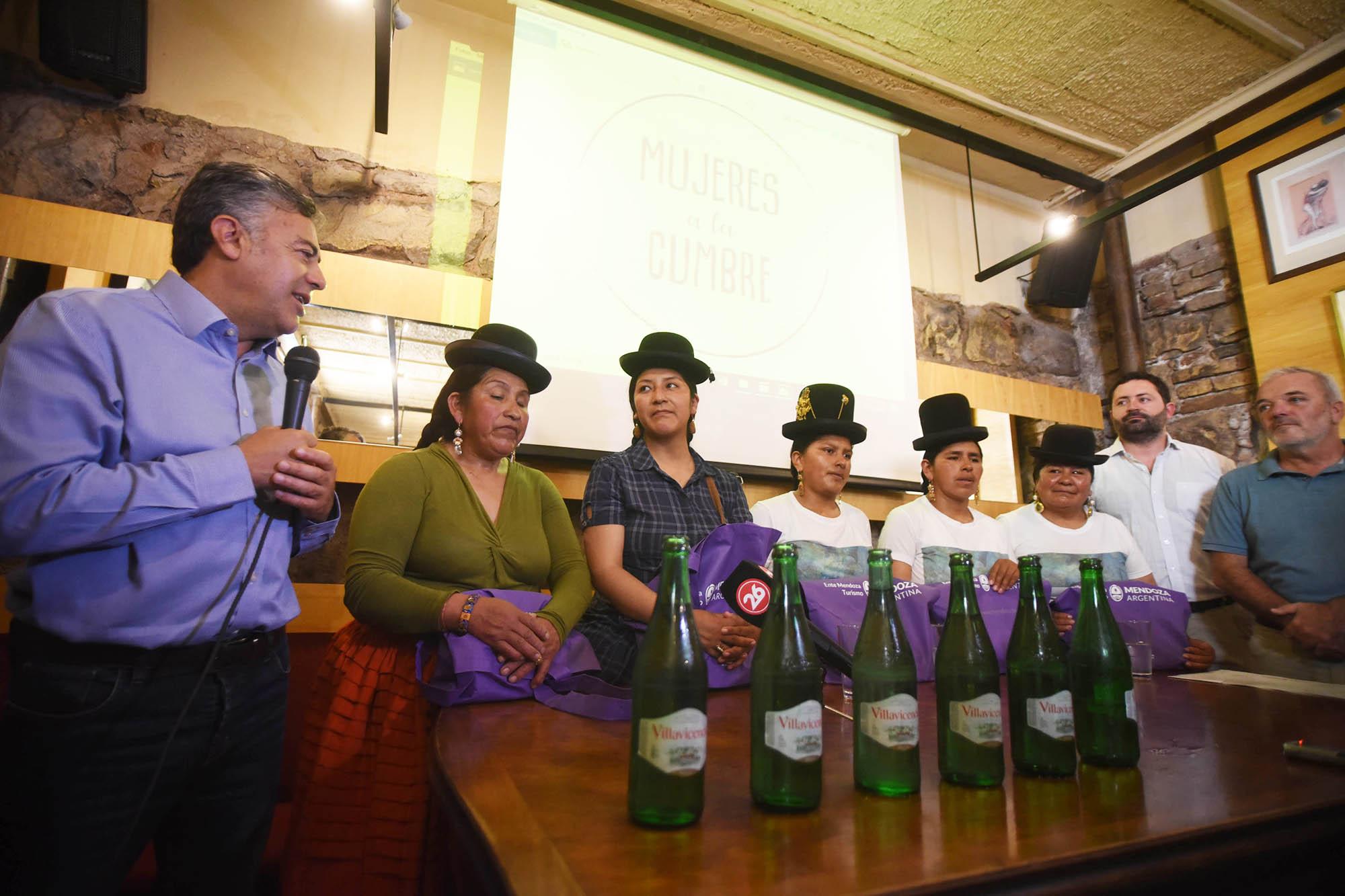 El Gobernador Alfredo Cornejo y funcionarios de Ambiente con las Cholitas Escaladoras de Bolivia.