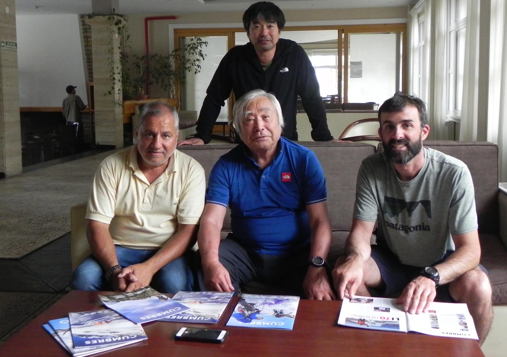 Gota Miura (de pie), el cronista de CUMBRES, Yuichiro Miura y el guía Gianni Capano.