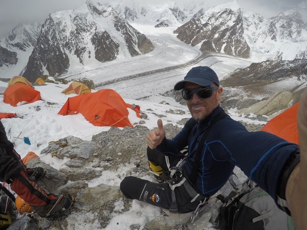 Sergi Mingote camino a la cima del Broad Peak, en la cordillera del Karakorum. (Foto Twitter)