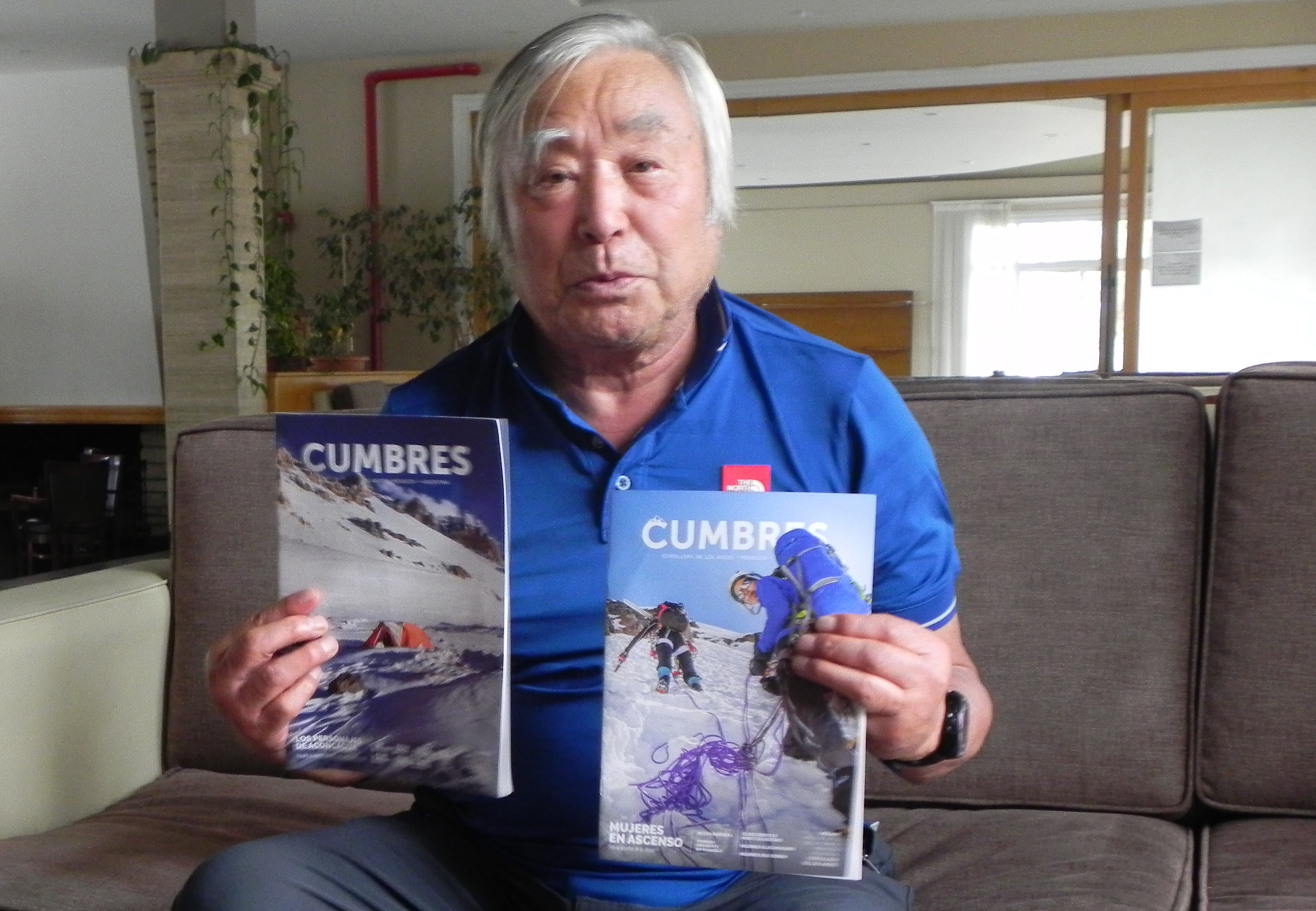 Mr. Miura contento con sus regalos: algunos ejemplares de la revista CUMBRES.