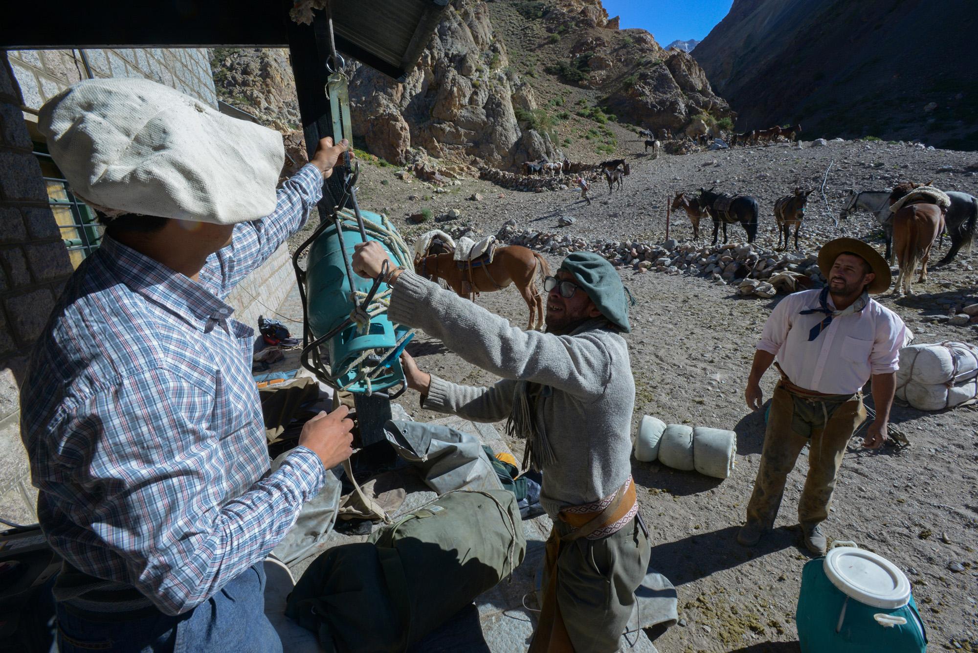 Cruce de los Andes. Los arrieros comienzan su trabajo bien temprano. (PH: Andrómeda agencia)