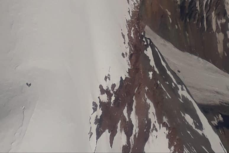 Uno de los montañistas a la vista, en el sobrevuelo del helicóptero de Aconcagua.