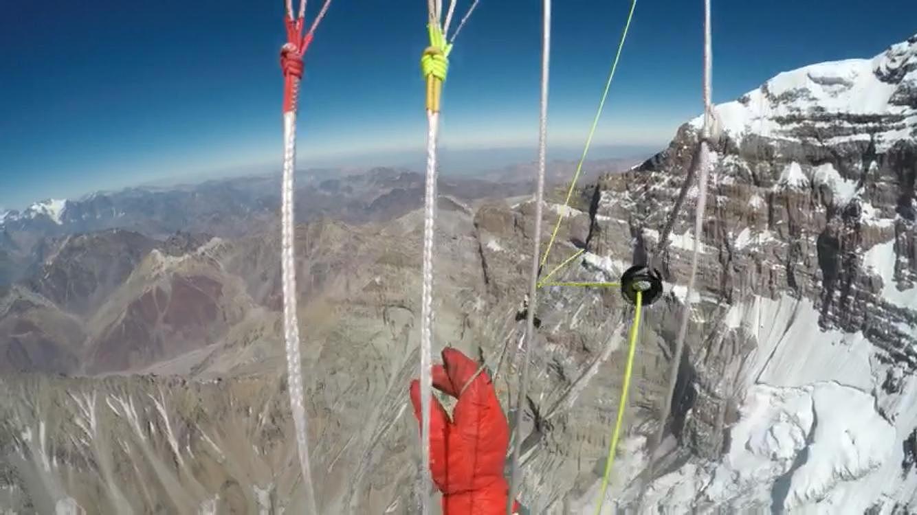 Vuelo en parapentes desde la cumbre de Aconcagua.