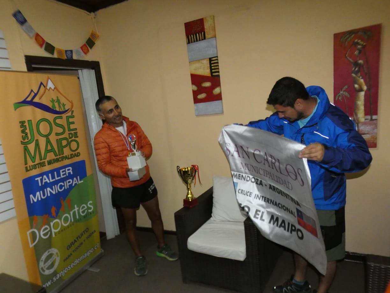 José recibe la felicitación del Director de Deportes de San José del Maipo.