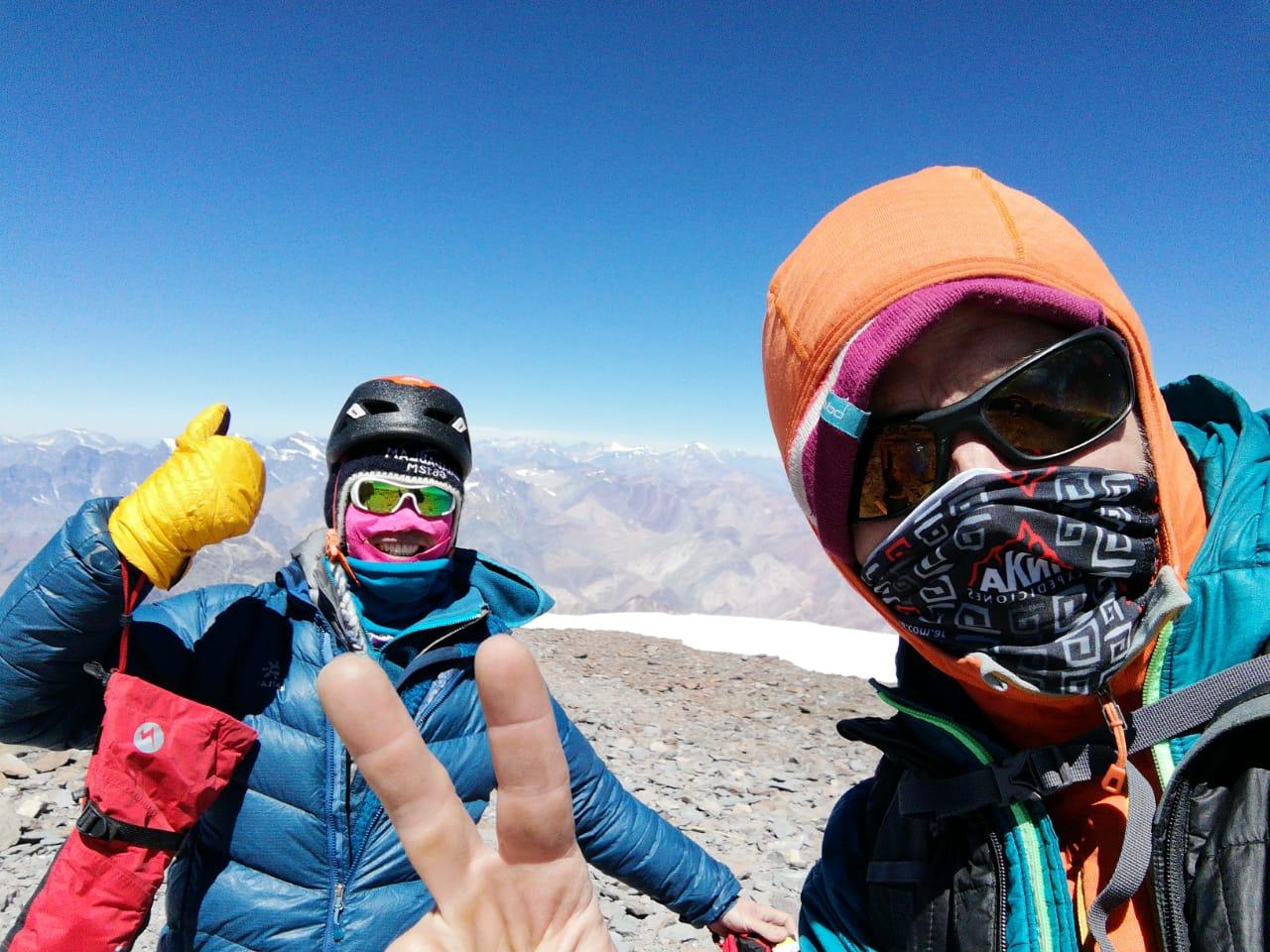 El chino Jianhui Shen y el guía mendocino Felipe Randis, últimos en la cumbre de la temporada de Aconcagua.