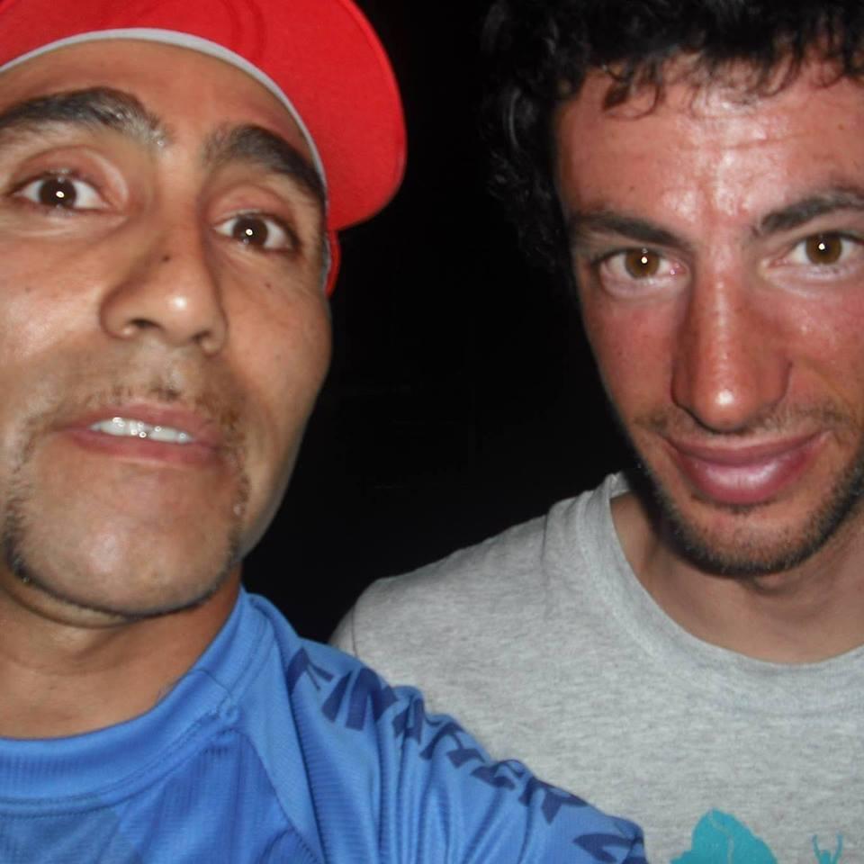 """Cuando Kilian Jornet estuvo en Mendoza al hacer el récord en velocidad en Aconcagua, José obtuvo su foto con el gran atleta catalán. """"Fue el sueño del pibe""""."""
