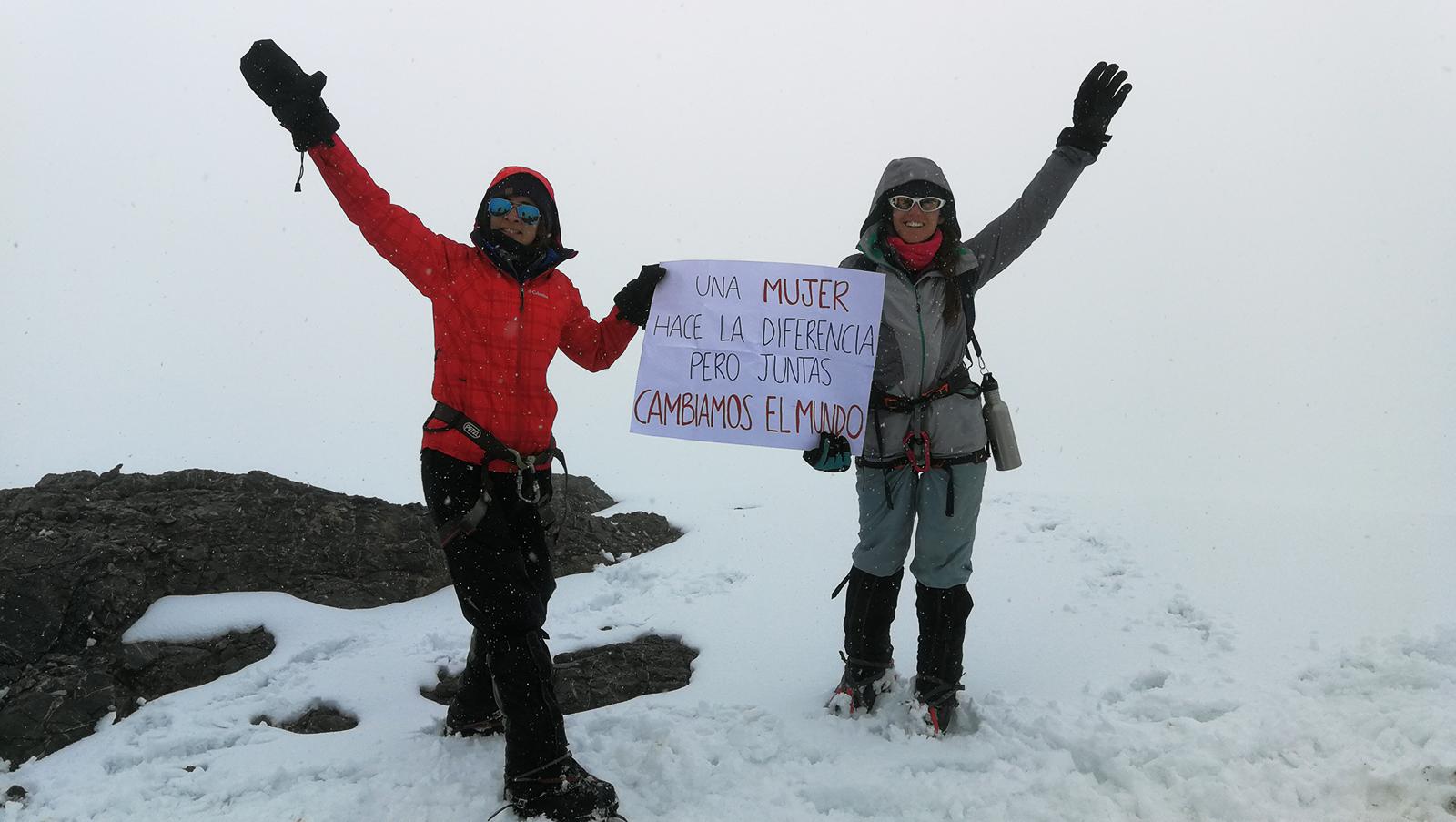 Objetivo logrado: las chicas en la cima de Nevado Paccha.