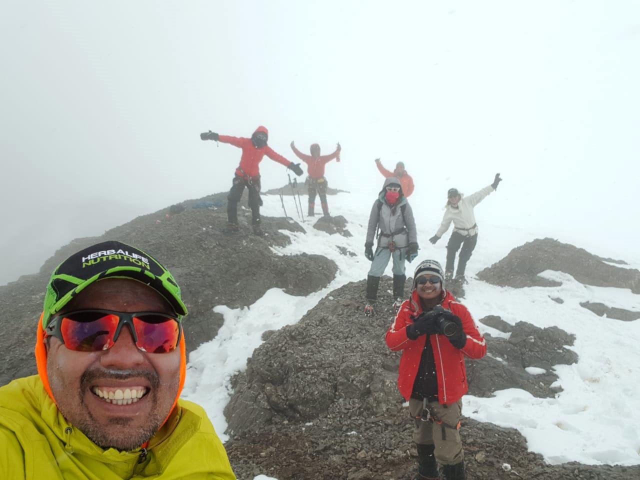 La alegría en el grupo al lograr la cima del Nevado Paccha.