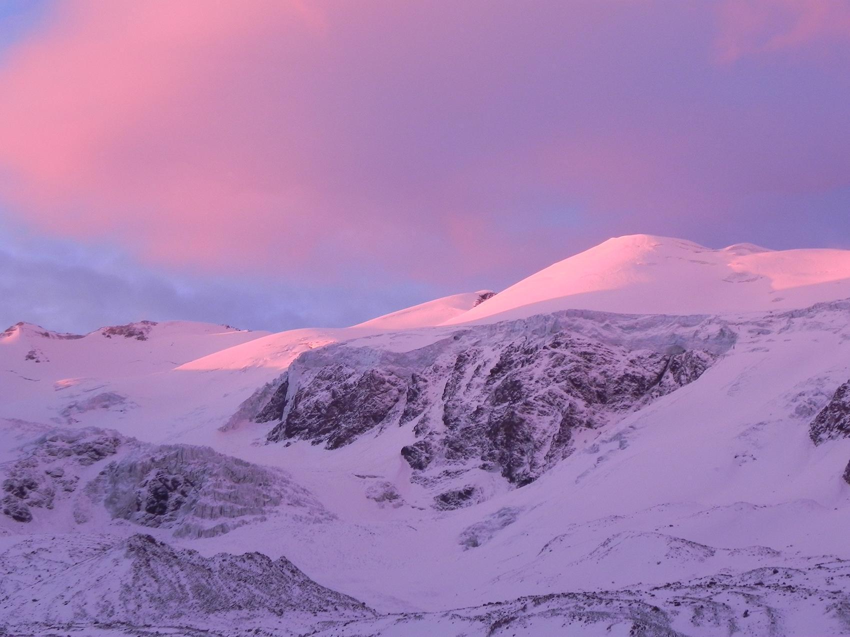 Hacia el Norte de Plaza de Mulas el sol pinta las nieves y el glaciar del cerro Cuerno.