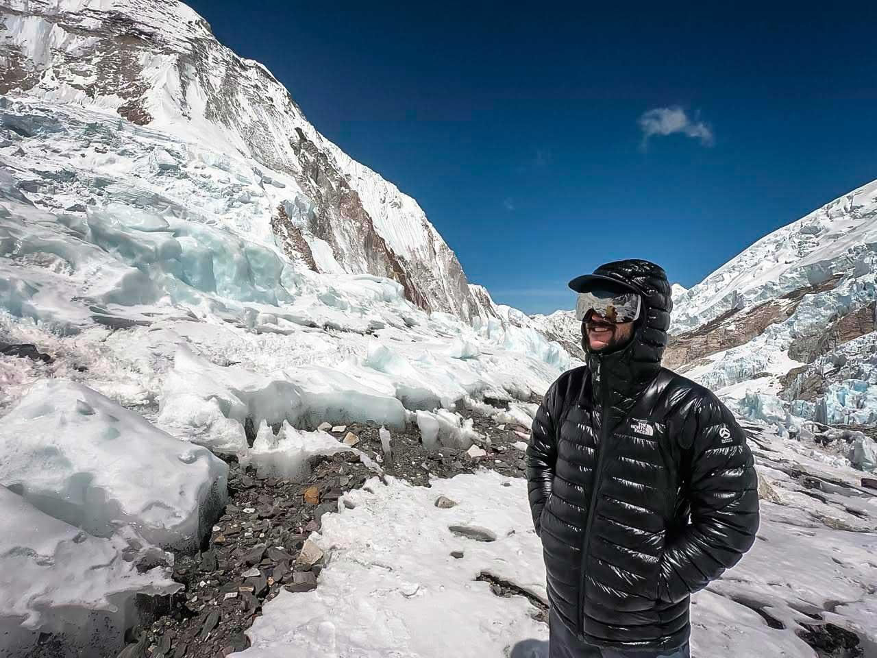 En la inmensidad del Himalaya, pensando en los planes futuros.