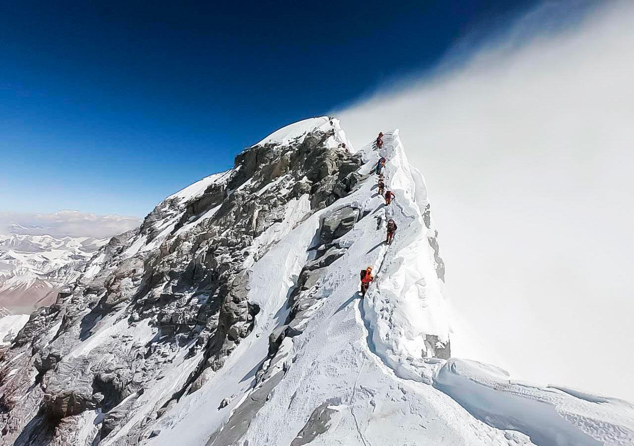 Impresionante foto de Juan Pablo Mohr en el escalón Hillary, Everest. Esta vez no hubo embotellamiento.