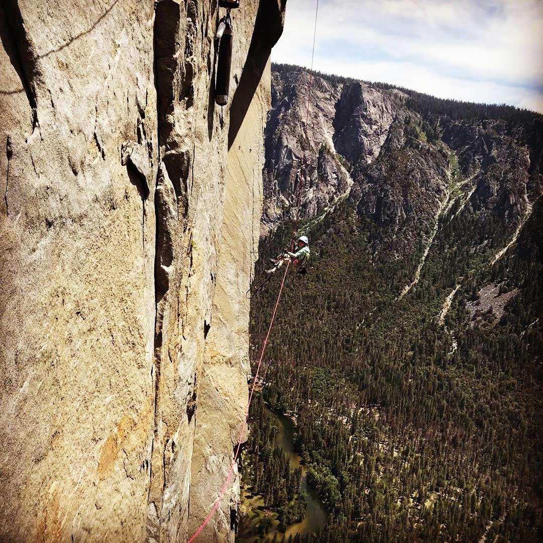 Selah Schneiter en plena faena en The noise, El Capitán, Yosemite.