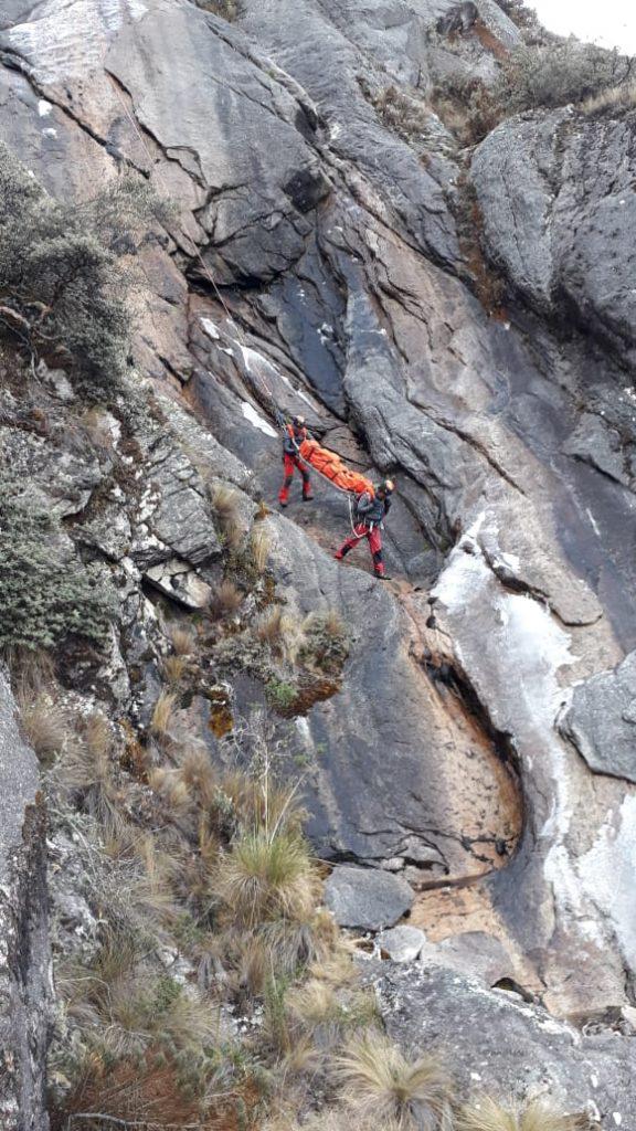 Arriesgadas maniobras de rescate en el Nevado Caraz.