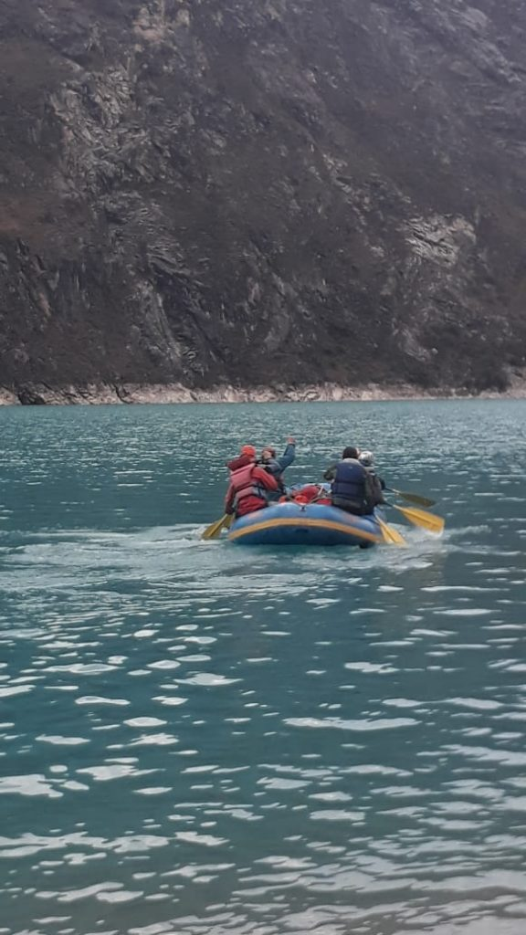 El trabajo más complejo en el Nevado Caraz ya fue realizado. La lancha cruza la laguna Paron con los cuerpos hacia el refugio.