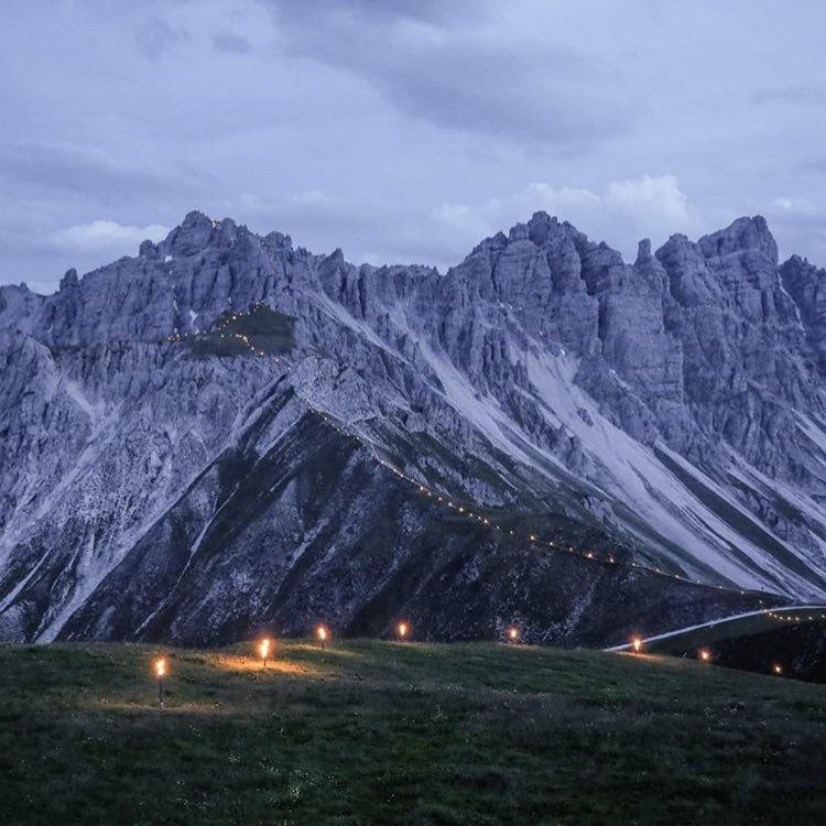 1500 personas crearon una cadena de antorchas en el Hochtenspspitze (2.589 m, Alpes de Stubai, Tirol, Austria). (Ph Simon Schöpf)