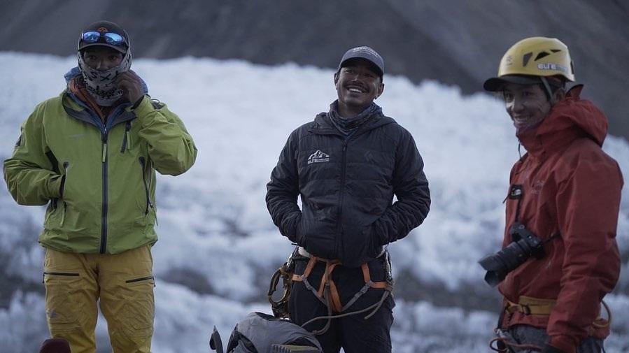 Nirmal Purja y su equipo en el campo base del K2.