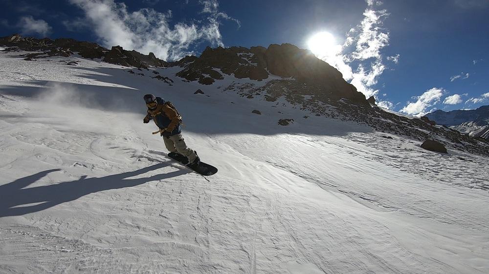 Los suizos descubrieron en Las Cuevas un paraíso del ski y snowboard. Aquí Olivier bajando el Tolosa.