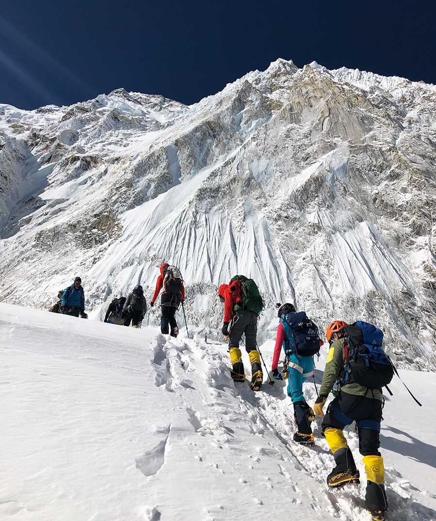 El guía argentino Tomás Ceppi lidera un grupo en Everest.