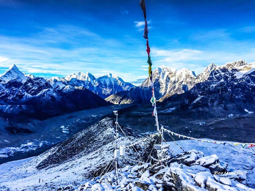 Foto de Ram Mhajan desde la cumbre del monte más guiado del mundo... ¿cuál será?