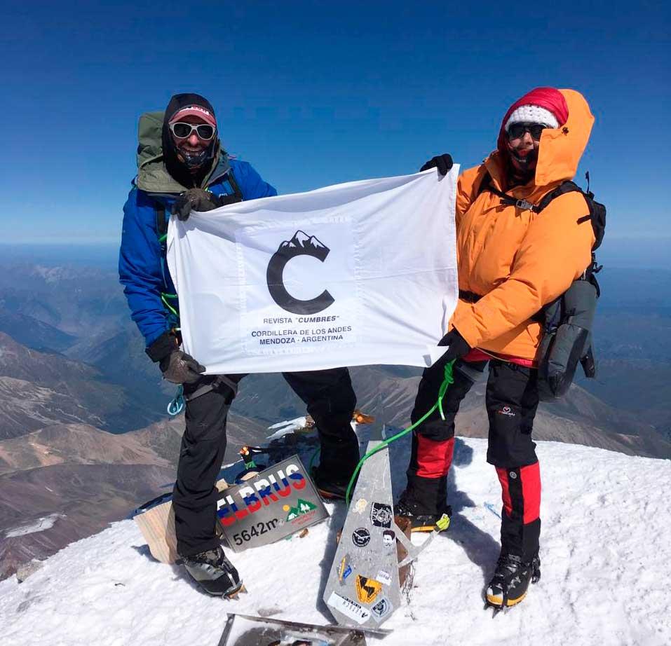 El guía argentino Ulises Corvalán (colaborador en esta nota) y Ana María Iogna, de 67 años, en la cima del Elbrus.