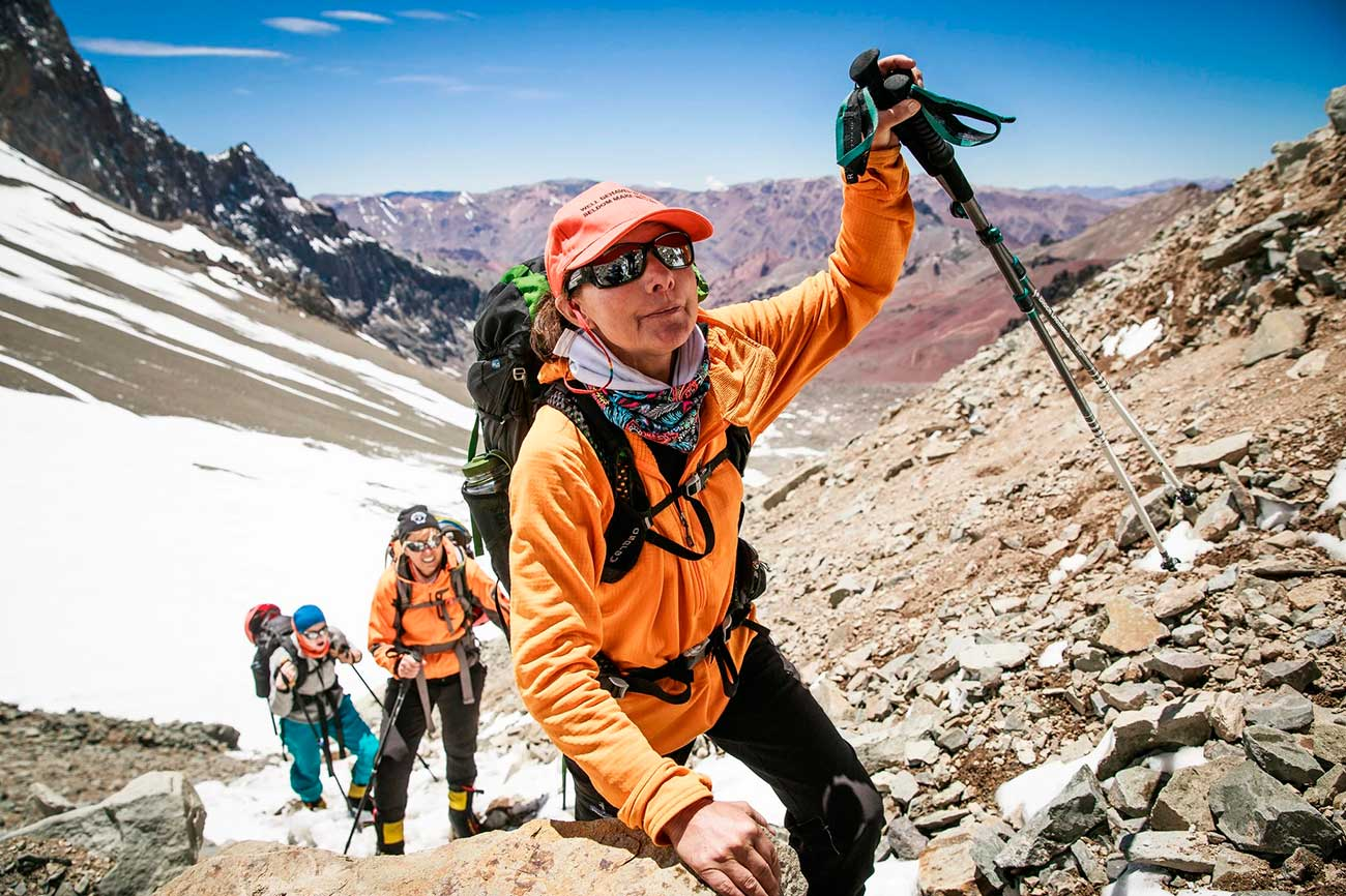 Isabella De la Houssaye en busca de la cumbre de Aconcagua, con el apoyo de su hija Bella. Photograph byMax Whittaker NYT.
