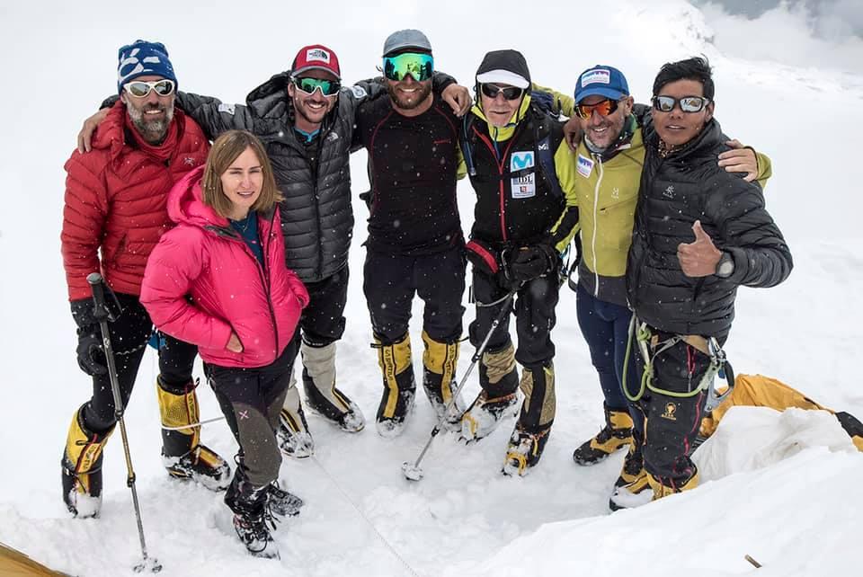 Reunión de amigos en C2 de Dhaulagiri. De derecha a izquierda: Mikel Sherpa, Sergi Mingote, Carlos Soria, Moeses Fiamoncini, Juan Pablo Mohr, Sito Carcavilla y Uxue Murolas. Foto: Luis Soriano