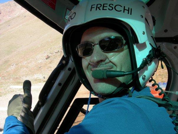 """El """"Duro"""" Horacio Freschi en su hábitat: al mando del hellicóptero en el Parque Aconcagua."""